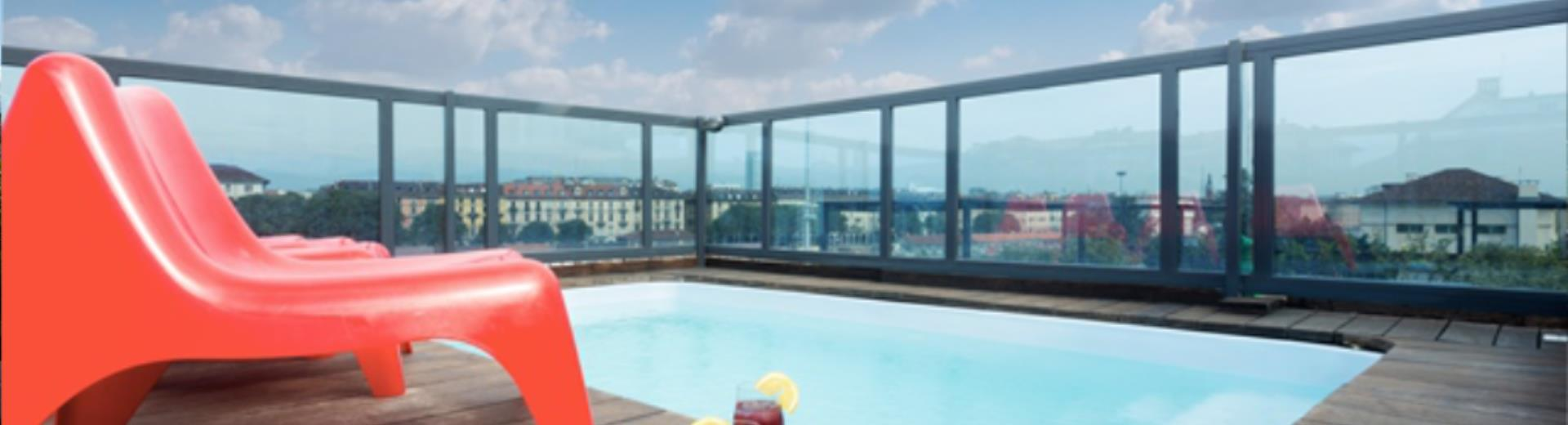 Best Western Plus Executive Suites, 4 star hotel located in the Centre of Turin, offers its guests an oasis of relaxation really special: on the top floor of the building there is The Executive Rooftop where you can enjoy the beautiful view of the city immersed in the outdoor pool.