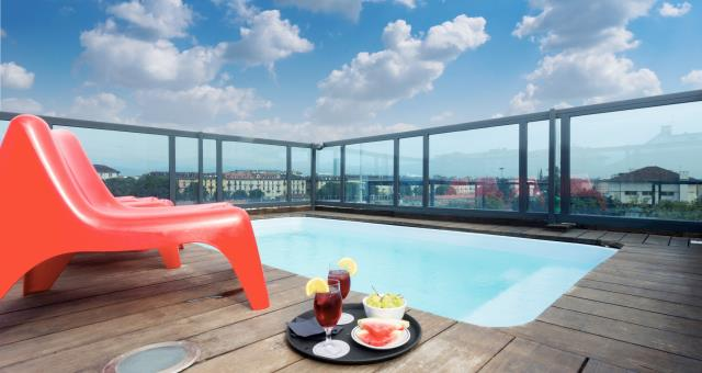 Best Western Plus Executive Suites, 4 star hotel located in the Centre of Turin, offers its guests an oasis of relaxation really special: on the top floor of the building there & #232; the Roof garden, where & #232; can enjoy the beautiful view of the city & #224; soaking in the outdoor swimming pool.   The magnificent terrace at the Executive Hotel Turin & #232; furnished with elegance and style, using natural materials like wood and glass, creating a relaxing atmosphere perfect to relax in the Jacuzzi in the background of the impressive Olympic Mountains Turin.