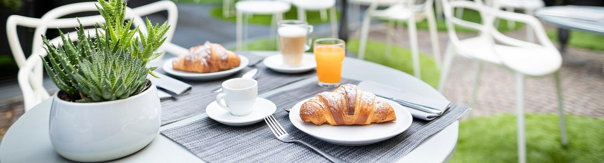 Buffet breakfast and ounge Bar in 4-star hotel in Turin Porta Nuova