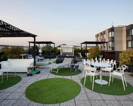 Loungers, chairs and coffee tables to relax on the rooftop of the BW Plus Executive Hotel and Suites